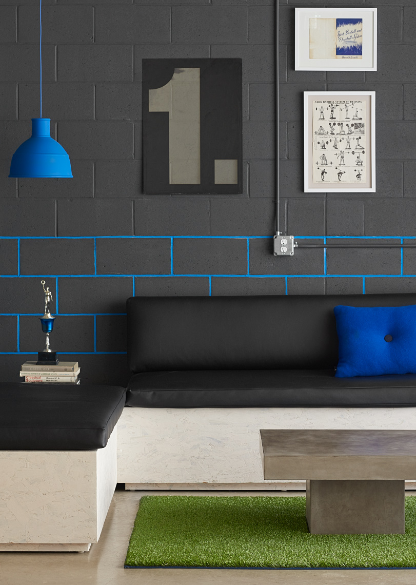 black leather seat with blue Muuto unfold lamp